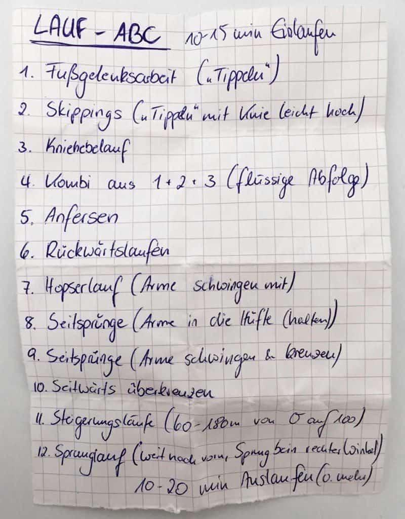 Zettel mit handgeschriebenen Übungen zum Lauf ABC