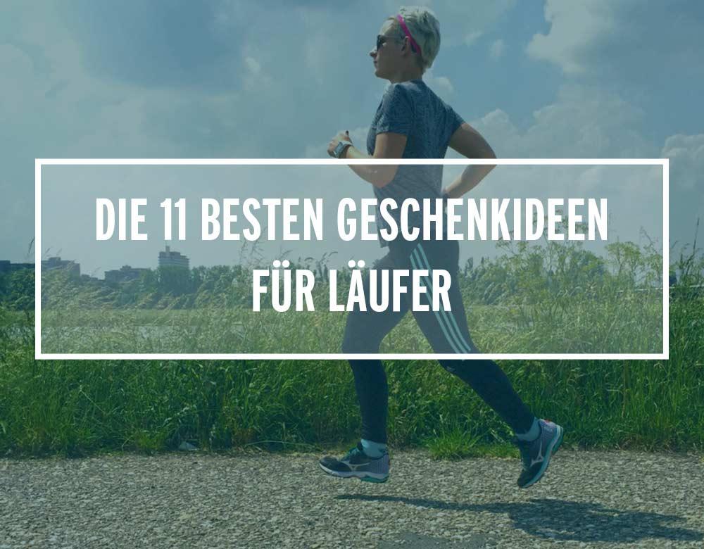 Eine Läuferin renn über eine Straße