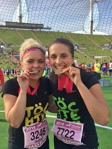 Isa & Laura im Olympiastadion München beißen in Medialle