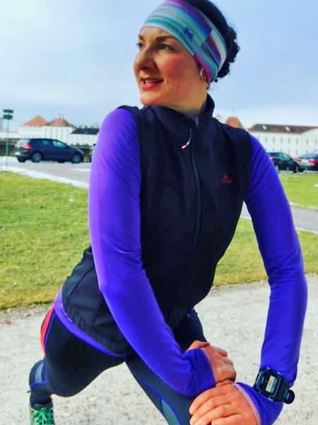 Sarah dehnt sich nach dem Laufen