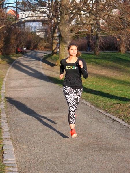 Veronique läuft durch den Park