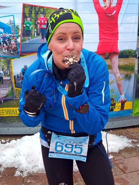 Läuferin Babett küsst eine Medaille
