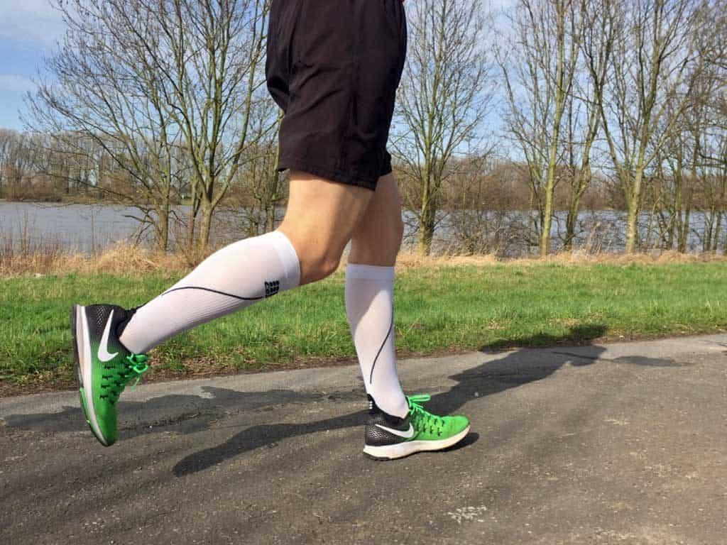 Läufer mit Laufsocken auf einem Weg