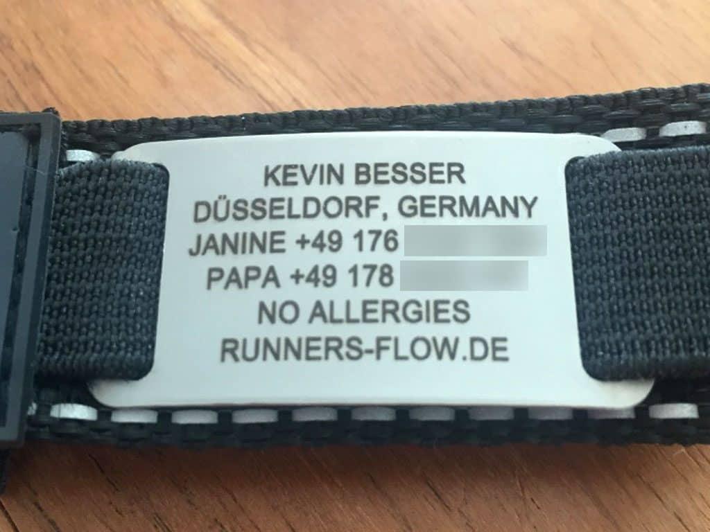 Die Edelstahlplatte des ID-Armbands mit Gravur
