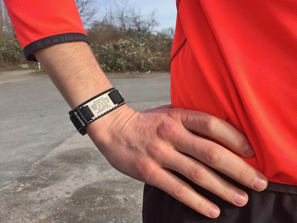 ID-Armband am Handgelenk eines Läufers