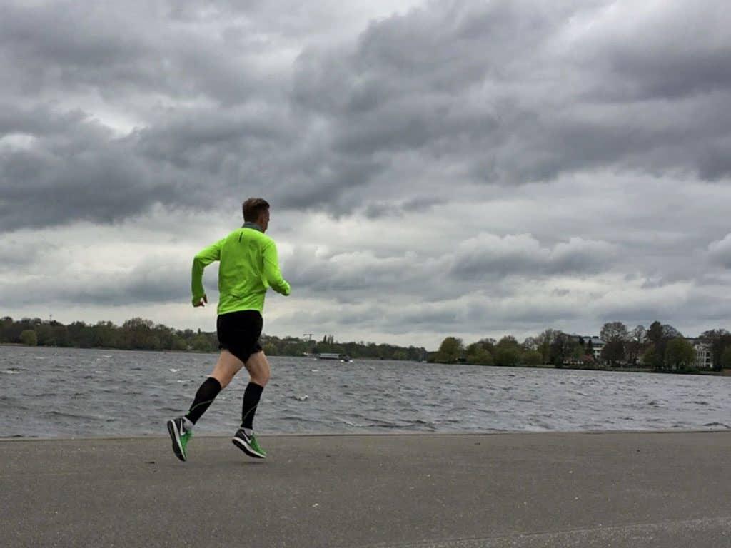 Läufer Kevin in kurzer Hose an der Alster in Hamburg