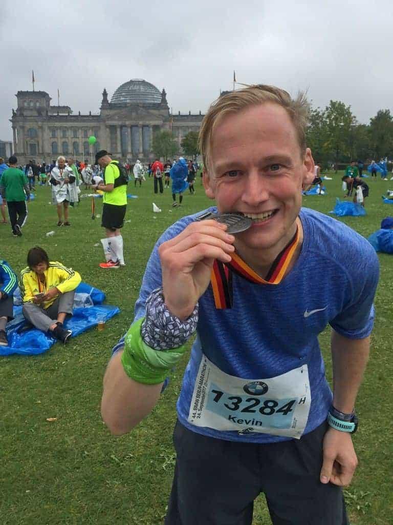 Kevin mit der Medaille des Berlin Marathon