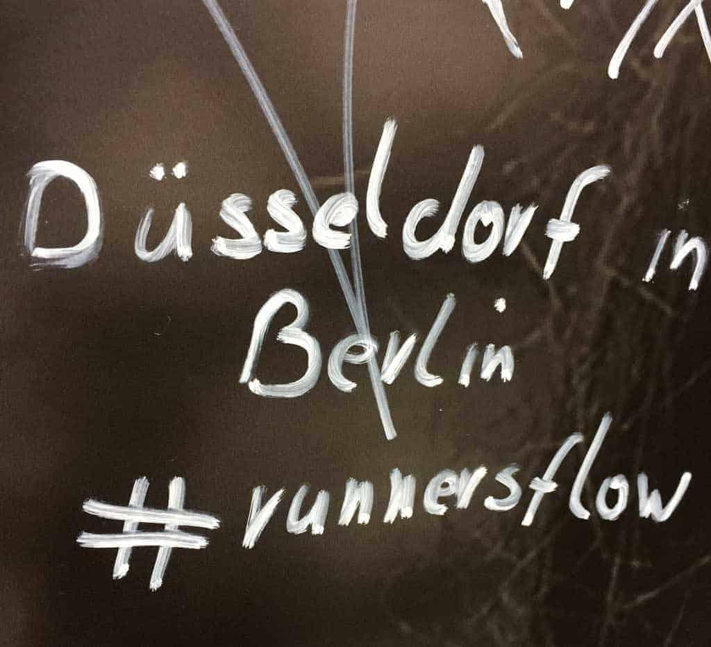 Handbeschriftetes Schild mir runnersflow Hashtag