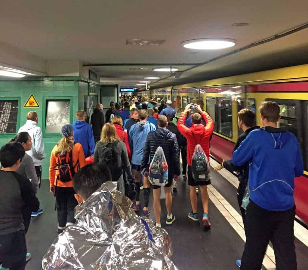 S-Bahnhof mit vielen Läufern