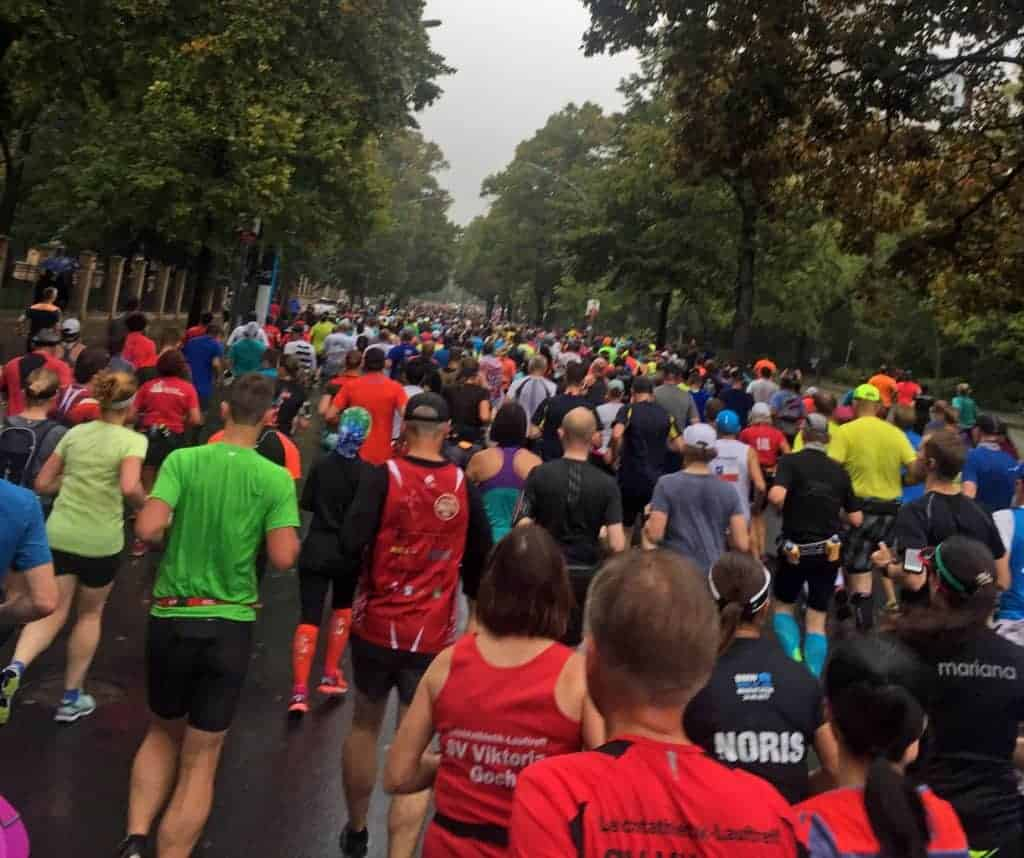 Auf der Strecke beim Berlin Marathon mit vielen Läufern