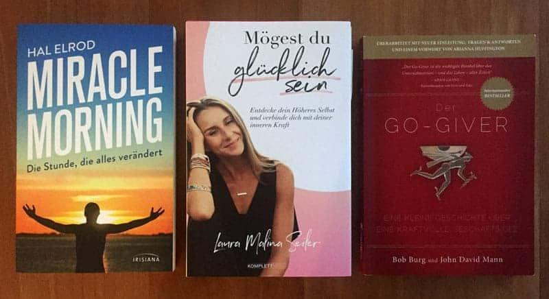 Drei Bücher auf einem Tisch