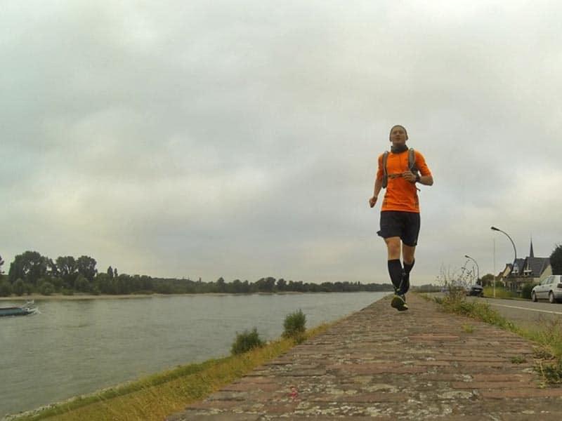 Kevin läuft auf einer Mauer am Rhein