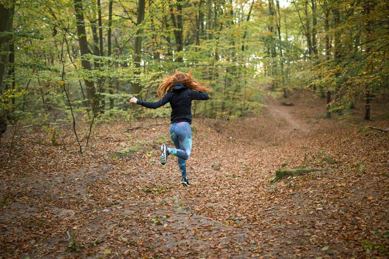 Paula läuft im Wald