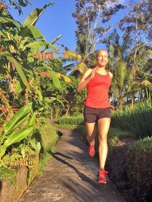 Paula läuft unter Palmen