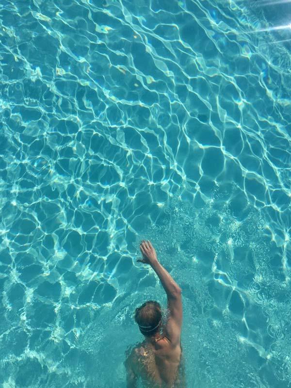Kevin schwimmt im Becken