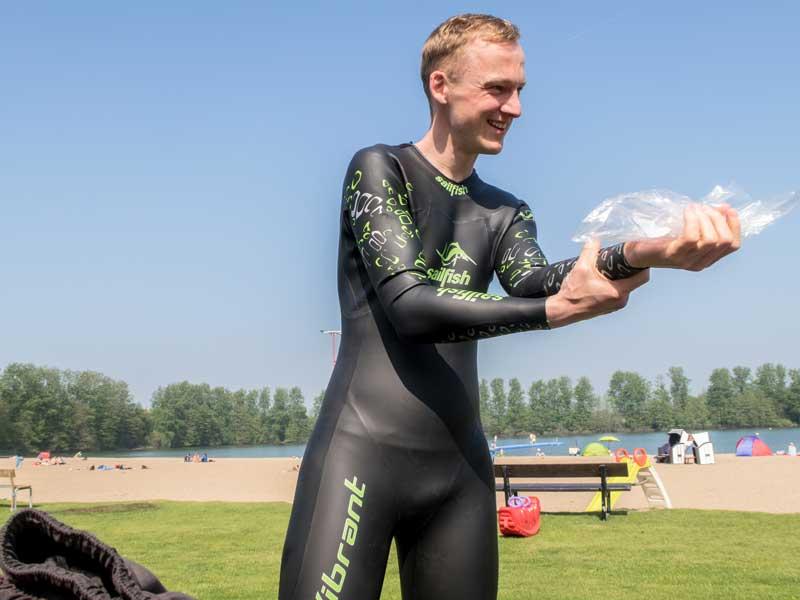 Kevin zieht den Neo mit Hilfe einer Plastiktüte an