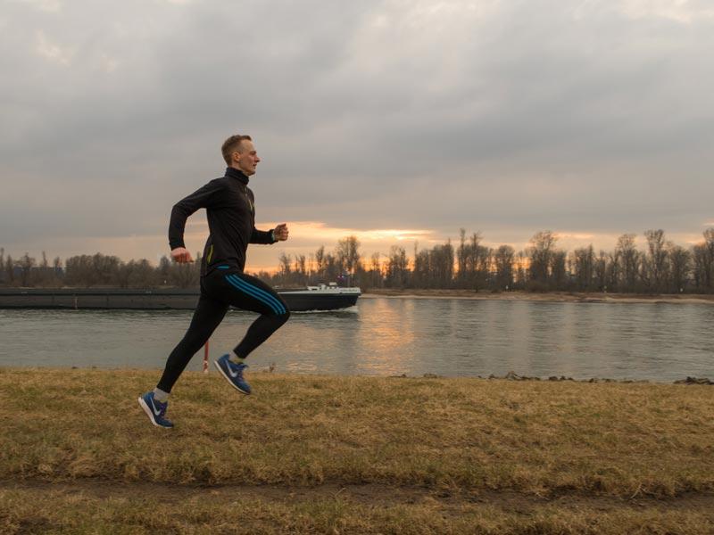 Kevin läuft am Rhein