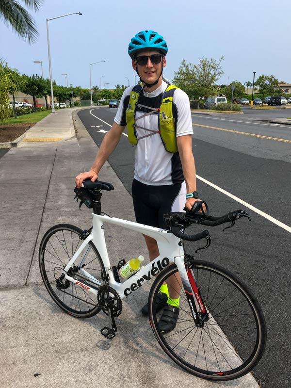 Kevin mit den Rad vor seiner Tour nach Hawi