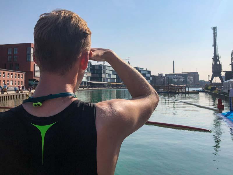 Kevin steht vor dem Hafenbecken in Münster