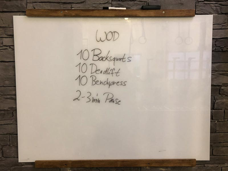 Whiteboard mit notiertem Workout