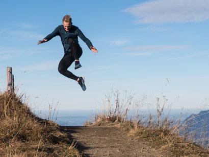 Lauftrainer Kevin springt in die Luft