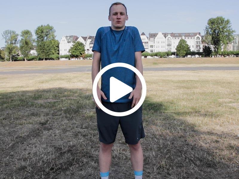 Kevin von runnersflow zeigt die Aufwärmübung Schulterkreisen