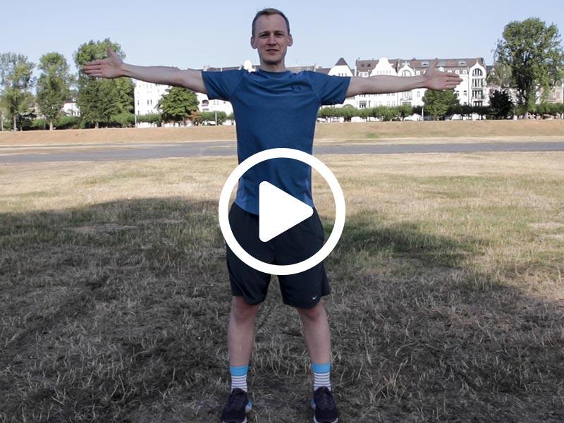 Kevin von runnersflow zeigt die Aufwärmübung V, W, T mit den Armen