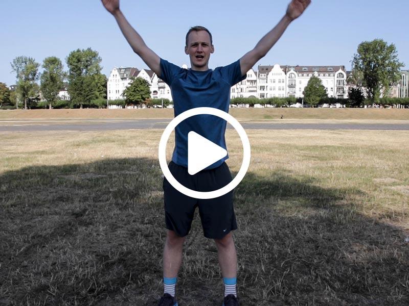 Kevin von runnersflow zeigt die Aufwärmübung Armkreisen