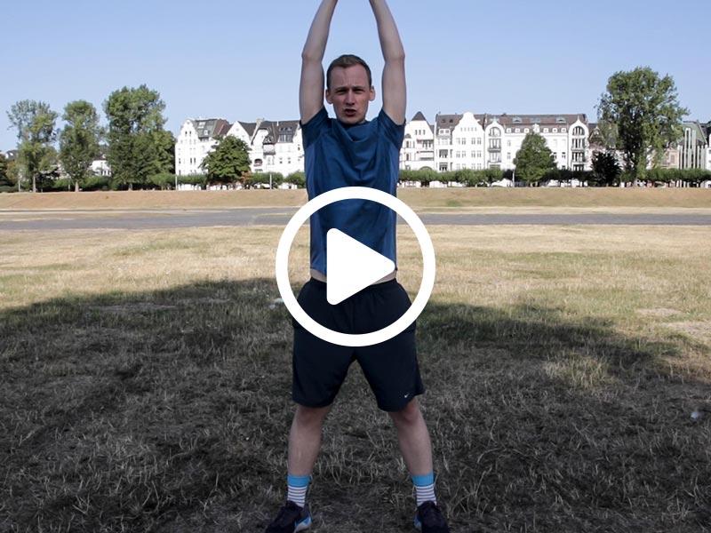 Kevin von runnersflow zeigt die Aufwärmübung Durchschwingen