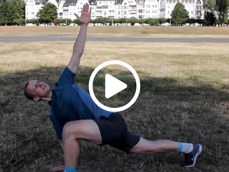 Kevin von runnersflow zeigt die Aufwärmübung Aufdrehen