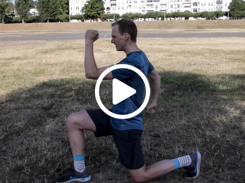 Kevin von runnersflow zeigt die Aufwärmübung Ausfallschritte