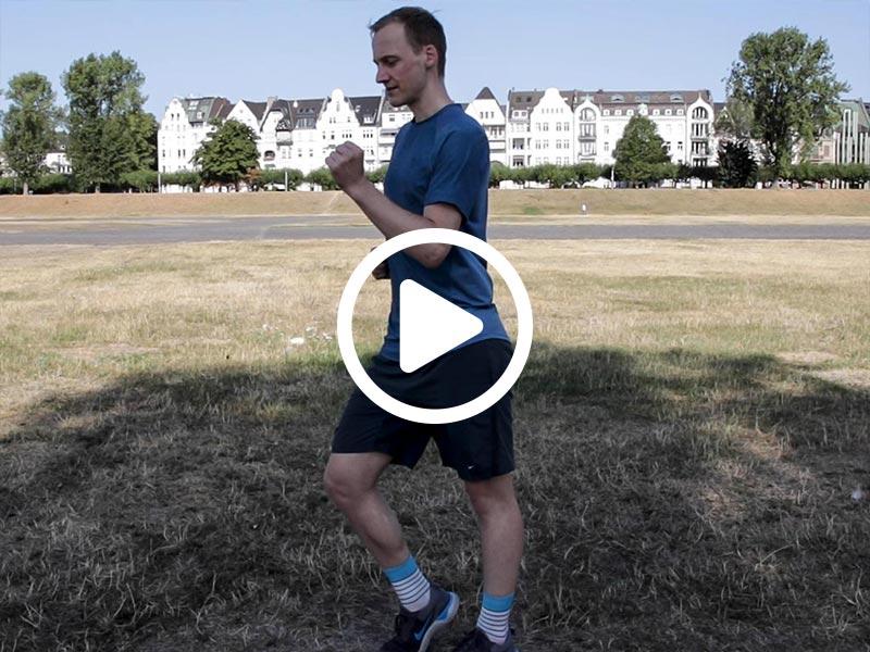 Kevin von runnersflow zeigt die Aufwärmübung Fußgelenksarbeit