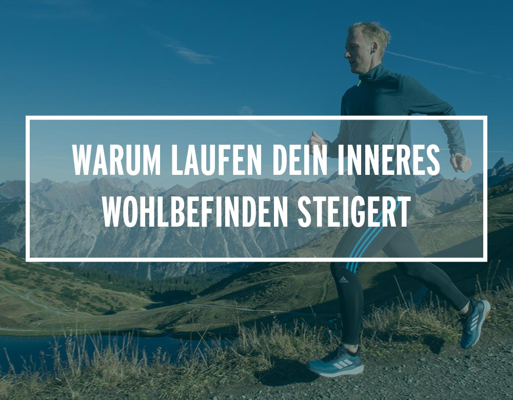 Ein Mann joggt auf einem Weg in den Bergen