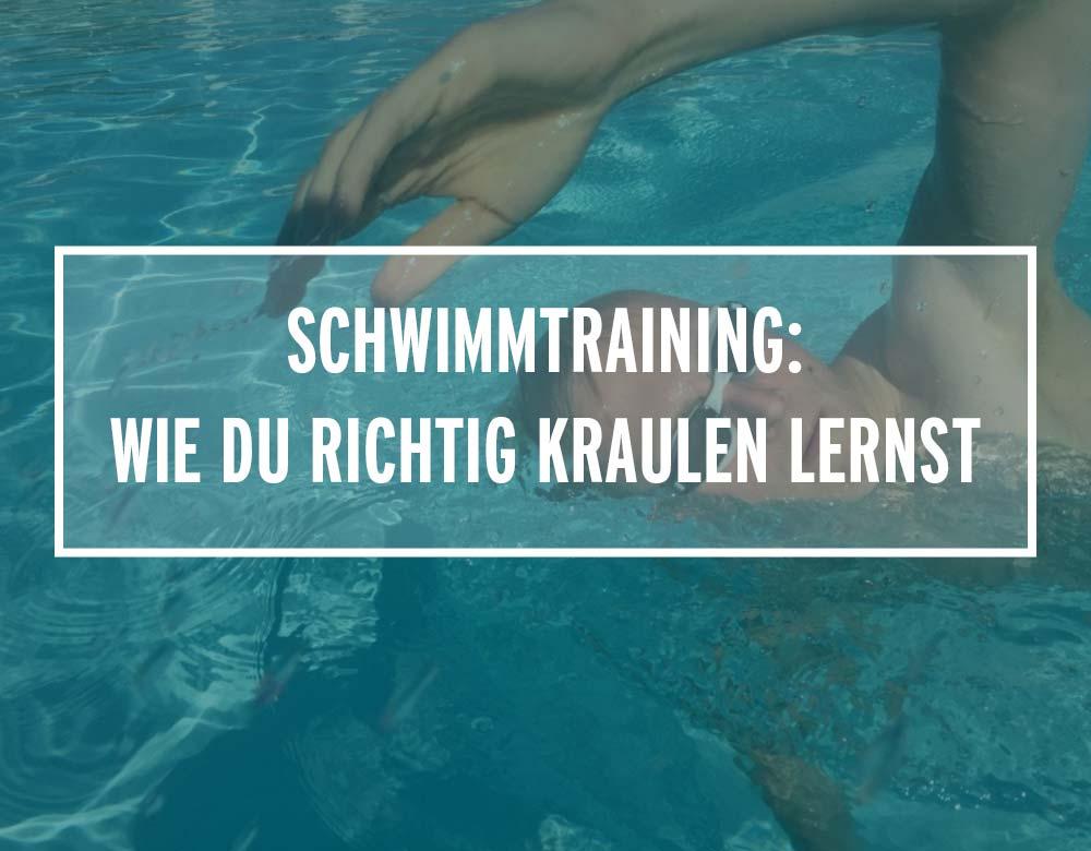 Ein Schwimmer krault in einem Schwimmbecken