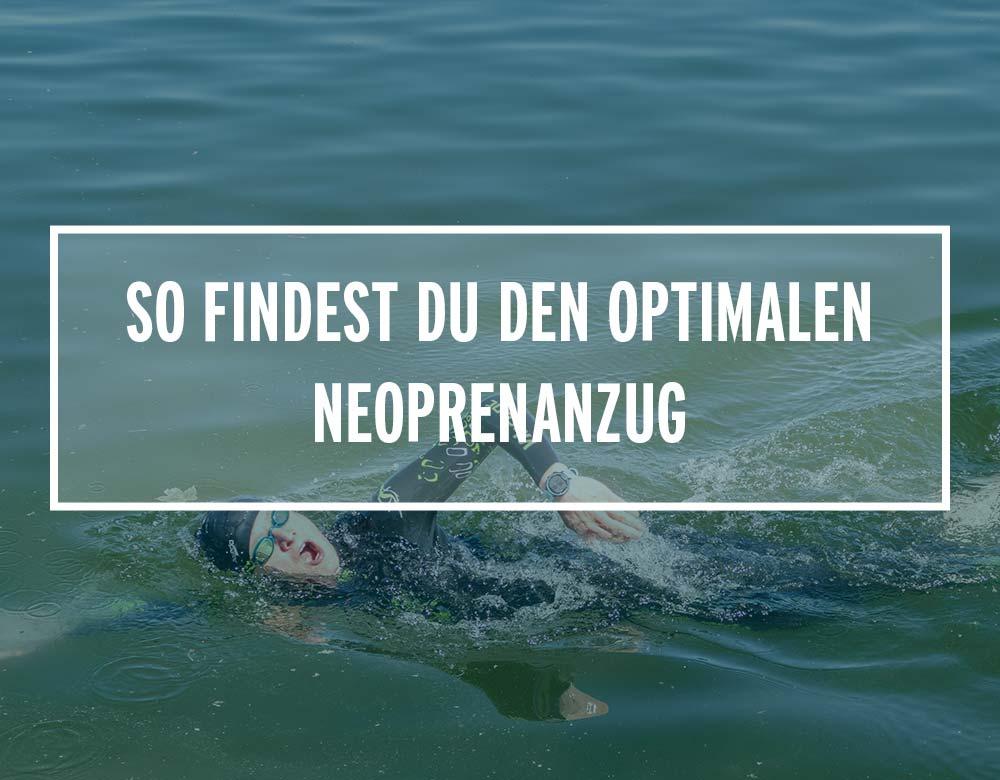 Ein Schwimmer mit Neoprenanzug im Wasser