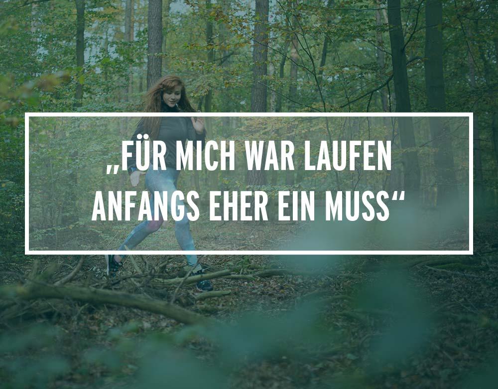 Eine junge Frau joggt im Wald