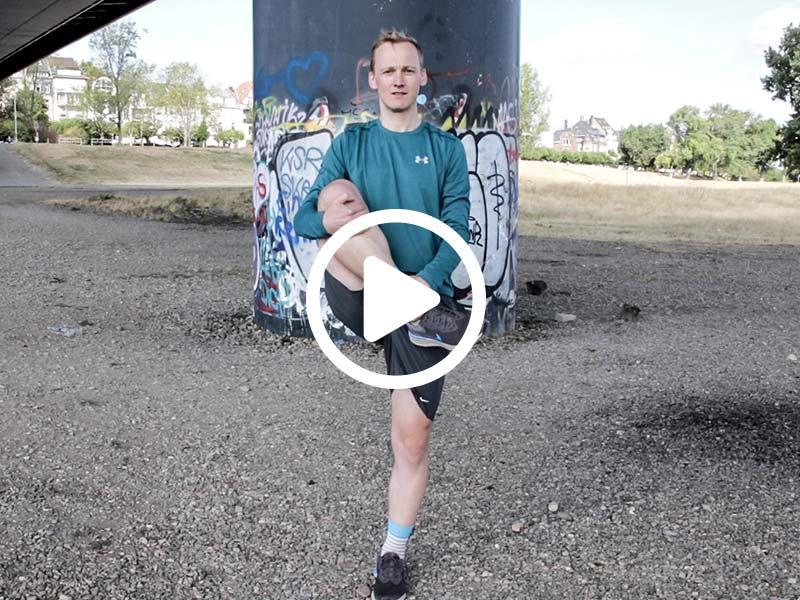 Lauftrainer Kevin zeigt eine Dehnübung für die Hüftmuskulatur