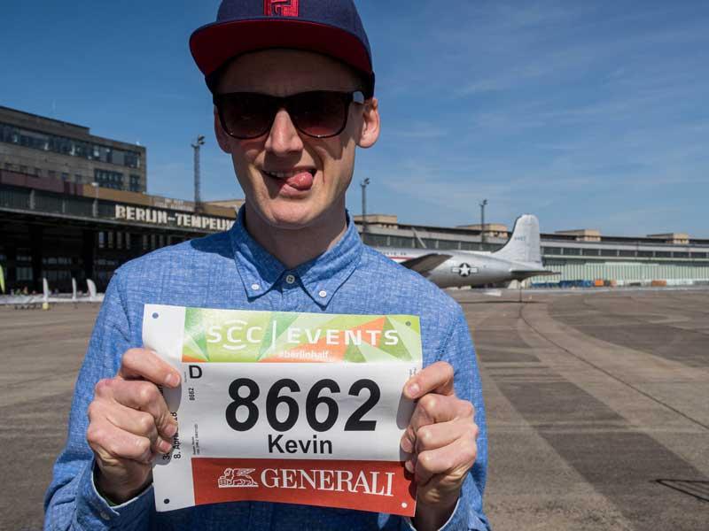 Lauftrainer Kevin mit seiner Startnummer vom Berliner Halbmarathon
