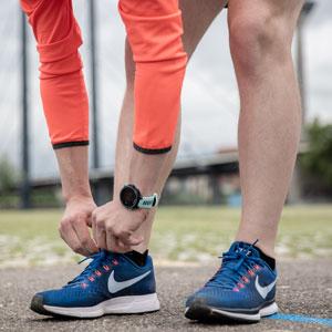 Ein Läufer bindet sich die Laufschuhe