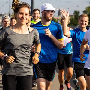 Eine Gruppe Läufer joggt im Sommer
