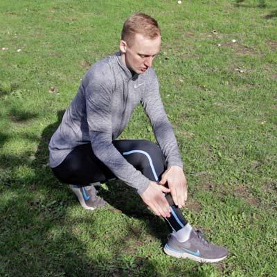 Schienbeinschmerzenbeim beim Joggen: Übung Selbstmassage Faszienrolle