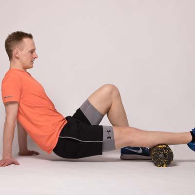 Schienbeinschmerzenbeim beim Laufen: Übung mit der Faszienrolle